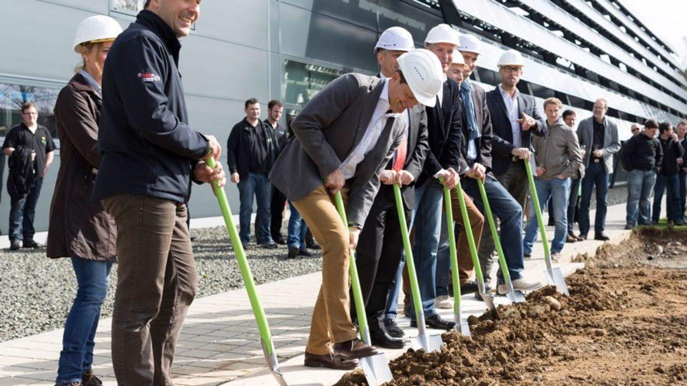 Der_Spatenstich_bei elobau_zum_Baubeginn_des_Logistikzentrums