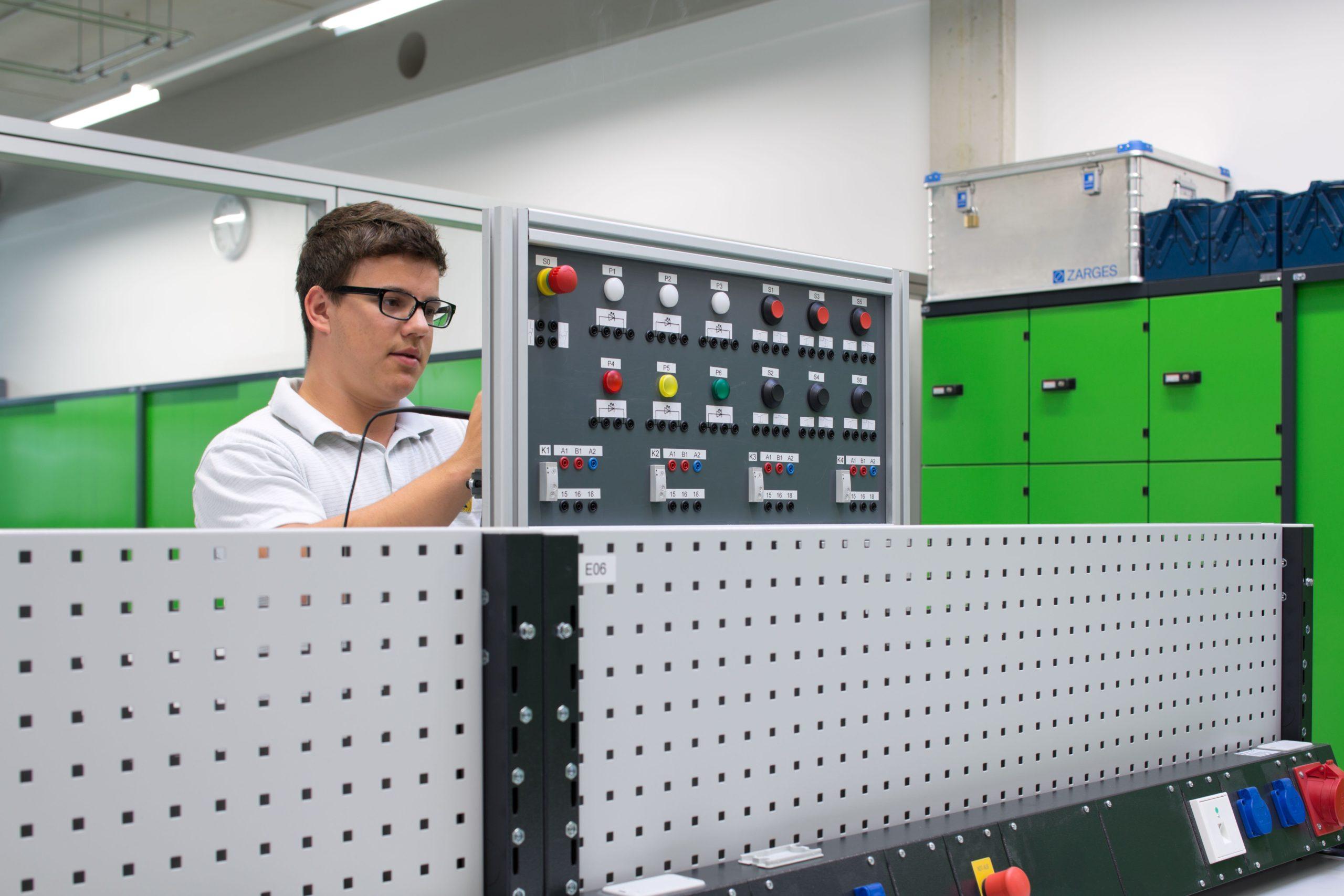 Elektroniker/in für Geräte und Systeme bei elobau