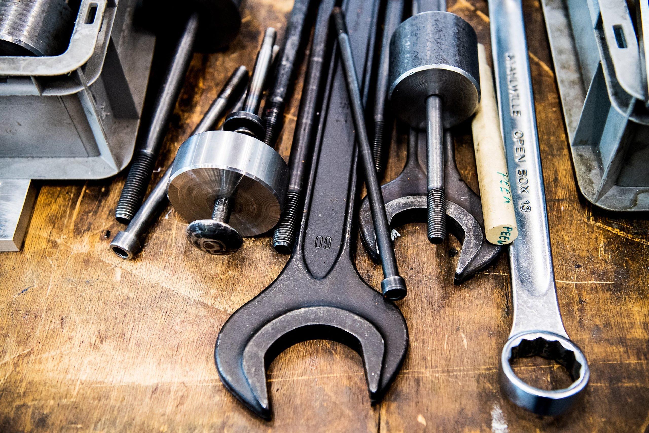 elobau Arbeitsutensilien eines Werkzeugmechanikers