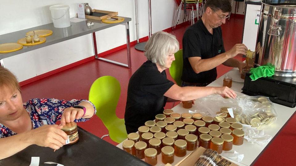 Abfüllen und Etikettieren der Honiggläser